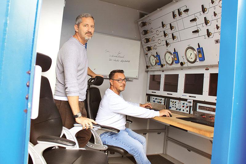 Dirk Wache und links neben ihm sein Betriebsleiter Carsten Caschera in einem Überwachungsbereich eines Tauchcontainers. Foto: Georg Thomas