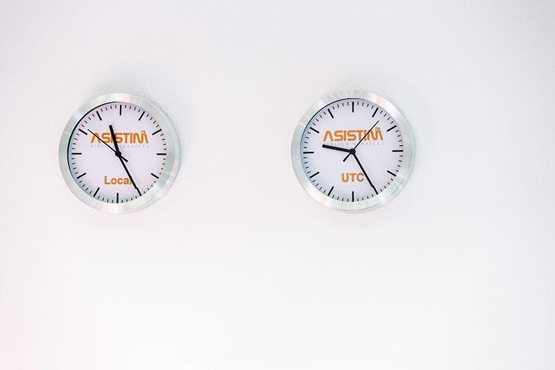 Zwei Stunden Differenz liegen zwischen Sommerzeit (links) und koordinierter Weltzeit (UTC/UTZ), die in der Luftfahrt gilt. Foto: Insa Hagemann