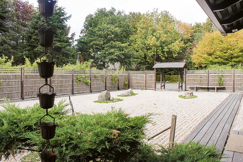 Ein japanischer Garten nach dem Vorbild des Ryoanji Gartens in Kyoto ist vor dem Firmenglände in Diepholz angelegt.