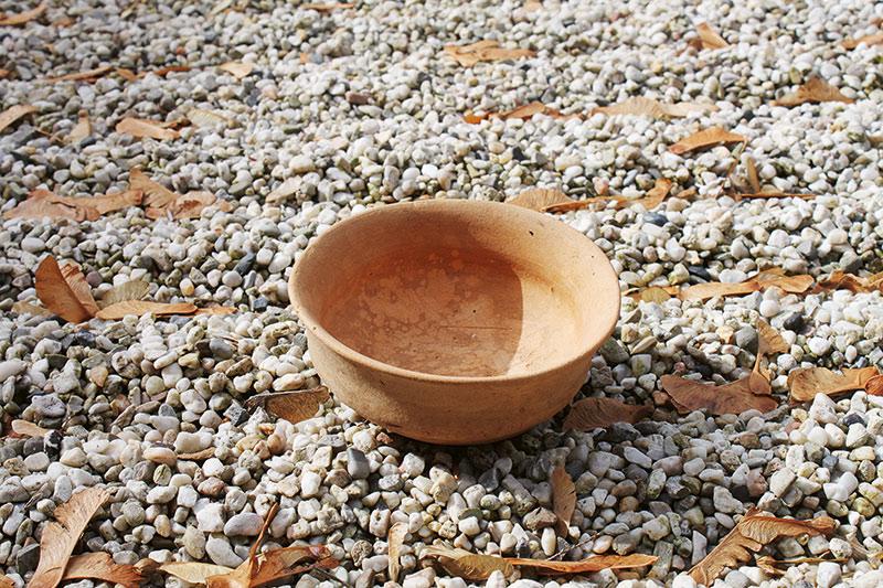 Mehr als 700 handgefertigte Matcha-Schalen aus allen Regionen Japans stehen in den Firmenräumen – darunter auch eine 1500 Jahre alte Grab-Beigabe.