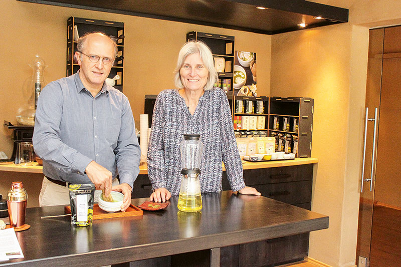 Markus und Katharina Hastenpflug bei der Zubereitung von Matcha-Tee in ihrem Tee-Café. Foto: Barbara Dörmer