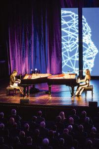 Auch hier stehen Menschen im Mittelpunkt: Die Queenz of Piano, Jennifer Rüth und Ming, begeisterten in Hannover das Publikum. Foto: Insa Hagemann