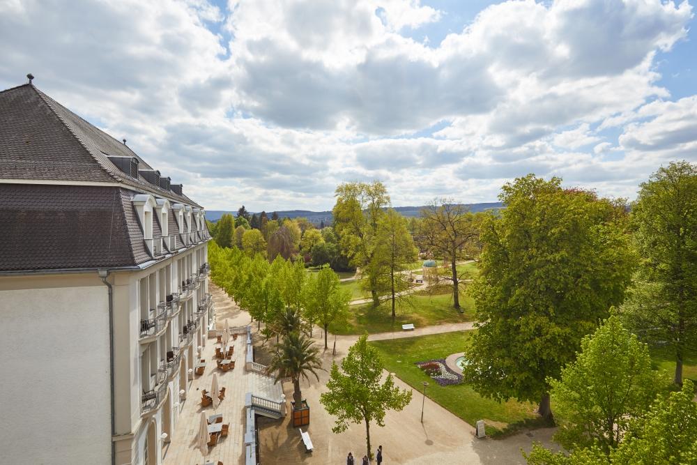 Blick aus dem Steigenberger Hotel in den Kurpark Bad Pyrmonts. Foto: Christian Wyrwa