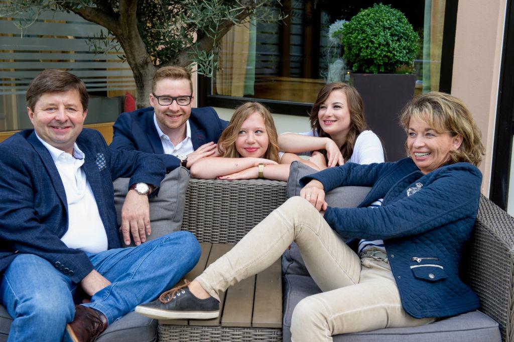 Entspannt und erfolgreich - die Familie Oelkers: Vater Josef (v.l) mit Sohn Marco, den Töchtern Tina-Marie und Kathrin sowie seiner Frau Nora. Foto: ro-fotografie