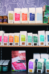 """Produkte der Eigenmarke """"VON"""". Foto: Naturkost Elkershausen"""