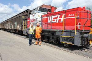 Arbeiten gut zusammen: Der Logistikleiter von Smurfit Kappa, Volker Wollschläger und Martin Märsch, Lokführer der Verkehrsbetriebe Grafschaft Hoya.