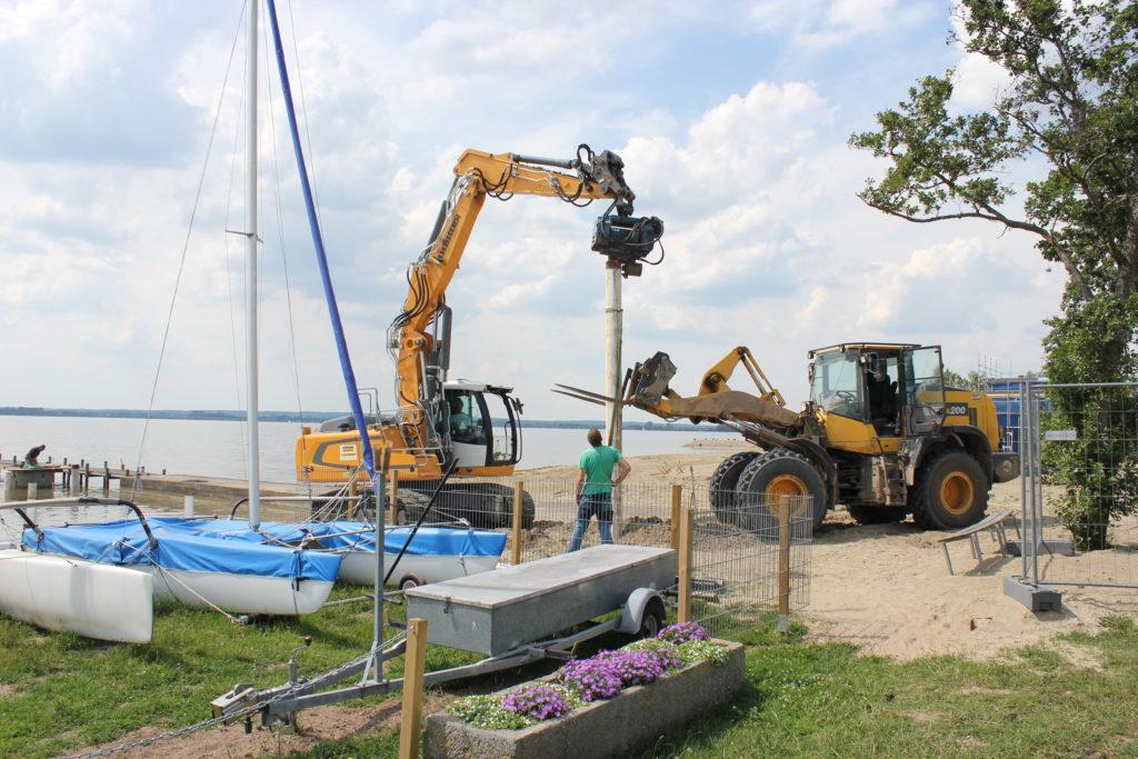 Am Strand vor dem Marissa Ferienpark am Dümmer wird gearbeitet. Foto: Georg Thomas
