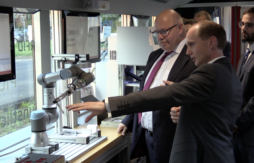 Bundeswirtschaftsminister Altmaier mit Dr. Rehe, Kompetenzzentrum. Foto: Bornemann Gewindetechnik GmbH & Co. KG