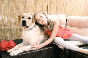 Liah mit Therapiehund Diesel. Foto: Melanie Dreysse