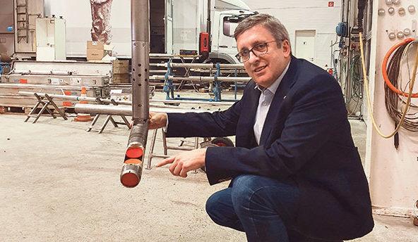 Socon-Geschäftsführer Dr. Andreas Reitze an einer Sonde, mit der die Firma in der Zentrale in Emmerke Test-essungen durchführt. Foto: Georg Thomas