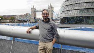 Kay P. Artal, Geschäftsführer der Artal-Reisen GmbH aus Stuhr. Auch bei Artal sitzt der Chef selbst am Steuer. Das Bild entstand bei einer Reise nach London. Foto: Artal.